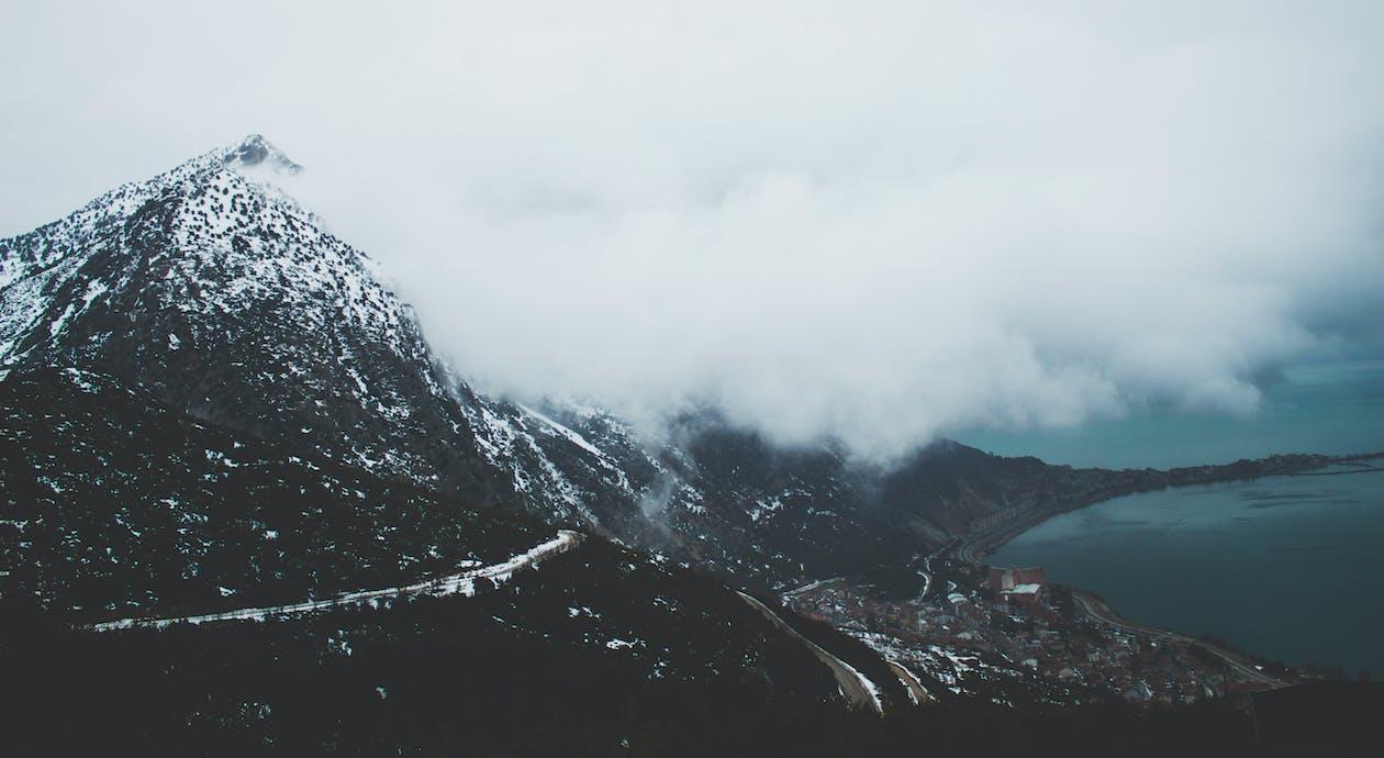 Гора возле водоема