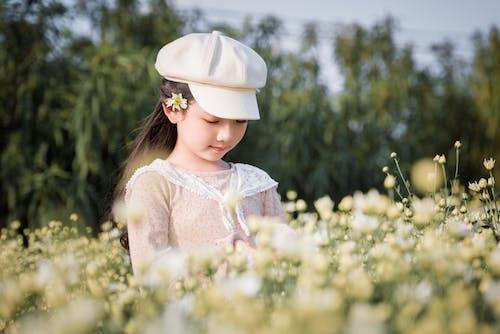 Kostnadsfri bild av ansiktsuttryck, barn, blommor, fält