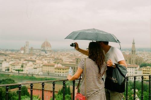 Fotos de stock gratuitas de adultos, al aire libre, amor, arquitectura
