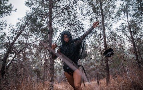 Wanita Mengenakan Hoodie Hitam