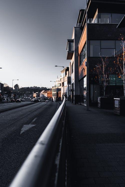 bina, kaldırım, kentsel, parmaklık içeren Ücretsiz stok fotoğraf
