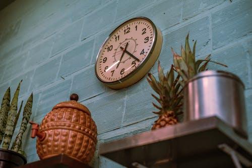 掛在牆上的時鐘