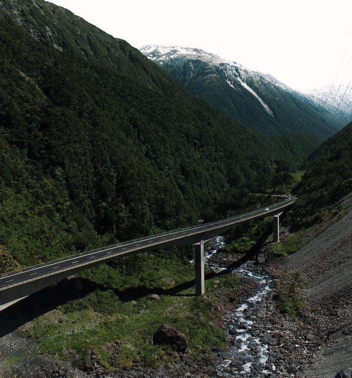 Бесплатное стоковое фото с горы, дорога, мост