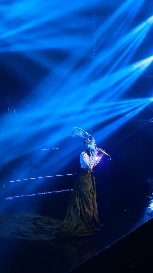 Gratis lagerfoto af liveoptræden, sanger, scene
