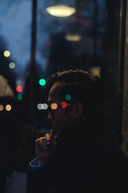 Základová fotografie zdarma na téma autobusová zastávka, myšlení, myslitel, odrazy