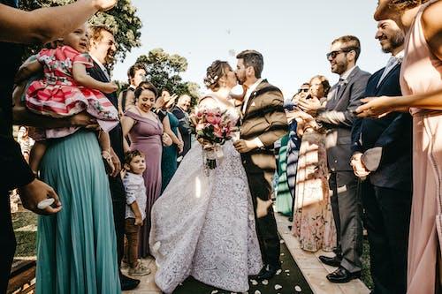 Fotobanka sbezplatnými fotkami na tému biele šaty, ceremónia, denné svetlo, dvojica