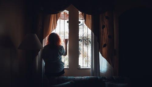Gratis stockfoto met alleen, alleen zijn, binnen, binnenshuis