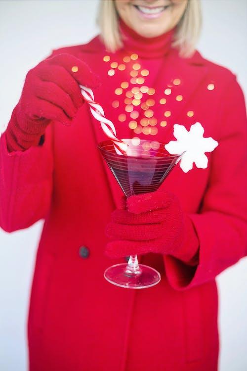 Frau Im Roten Mantel, Der Martini Glas Hält
