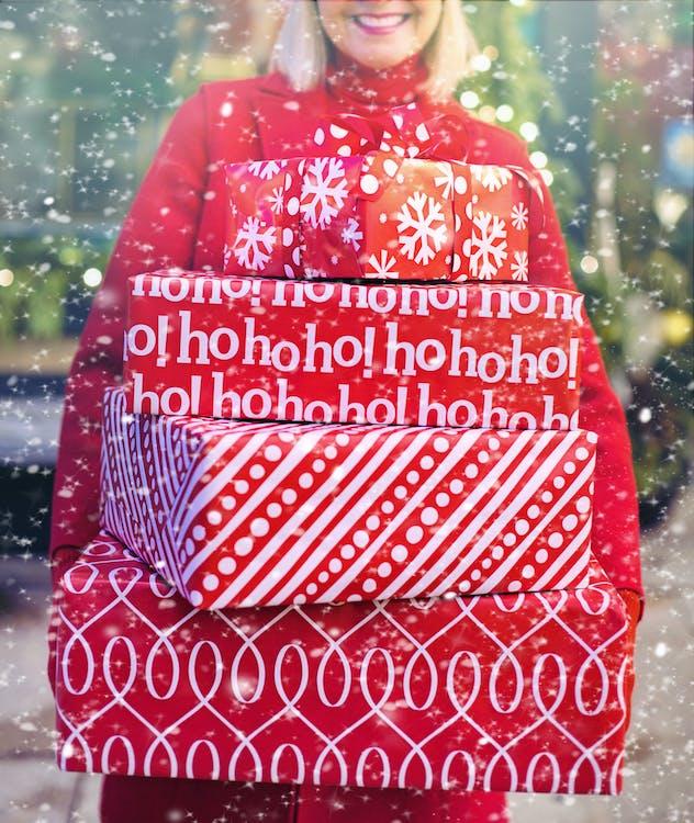 Женщина, несущая рождественские подарки
