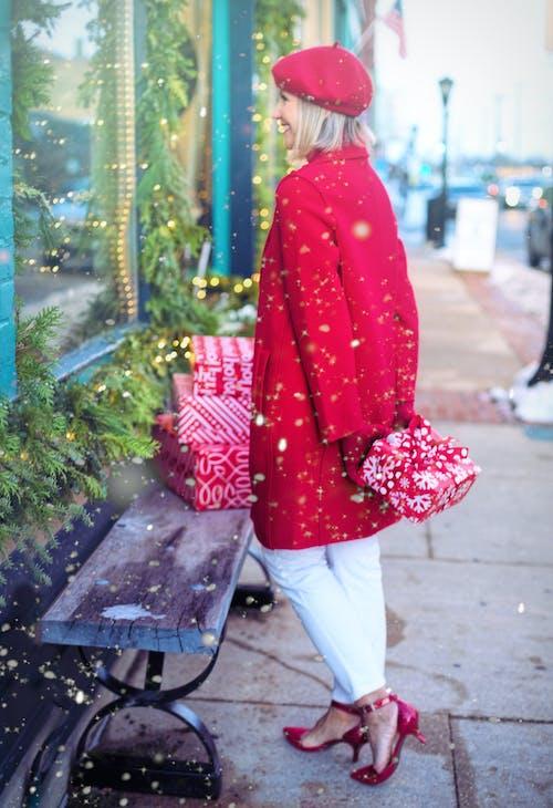 Gratis stockfoto met boodschappen doen, buiten, cadeaus, fashion