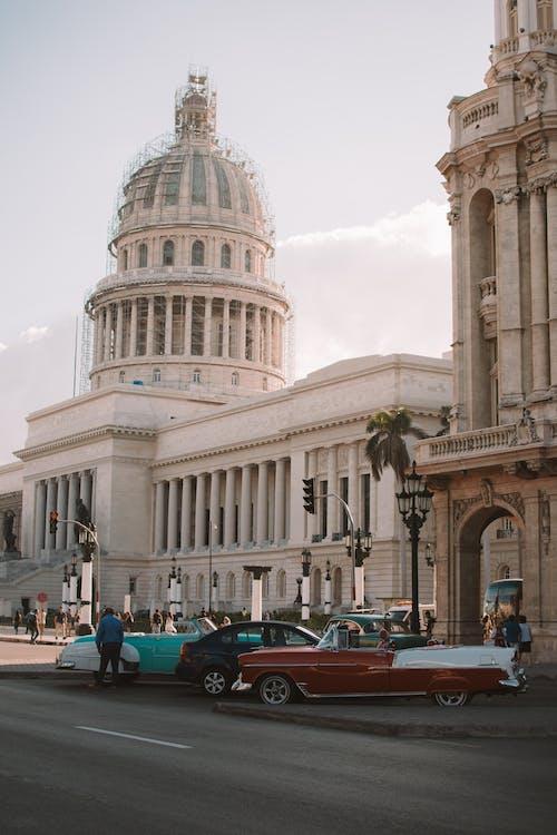 Fotobanka sbezplatnými fotkami na tému architektonický dizajn, architektúra, asfalt, autá
