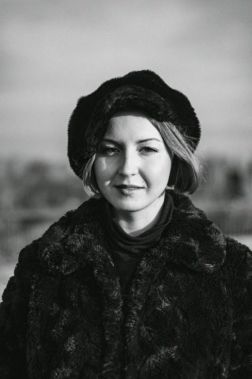Fotografia W Skali Szarości Przedstawiająca Kobietę W Futrze