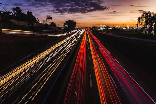 Gratis stockfoto met auto's, autolampen, autoweg, avond