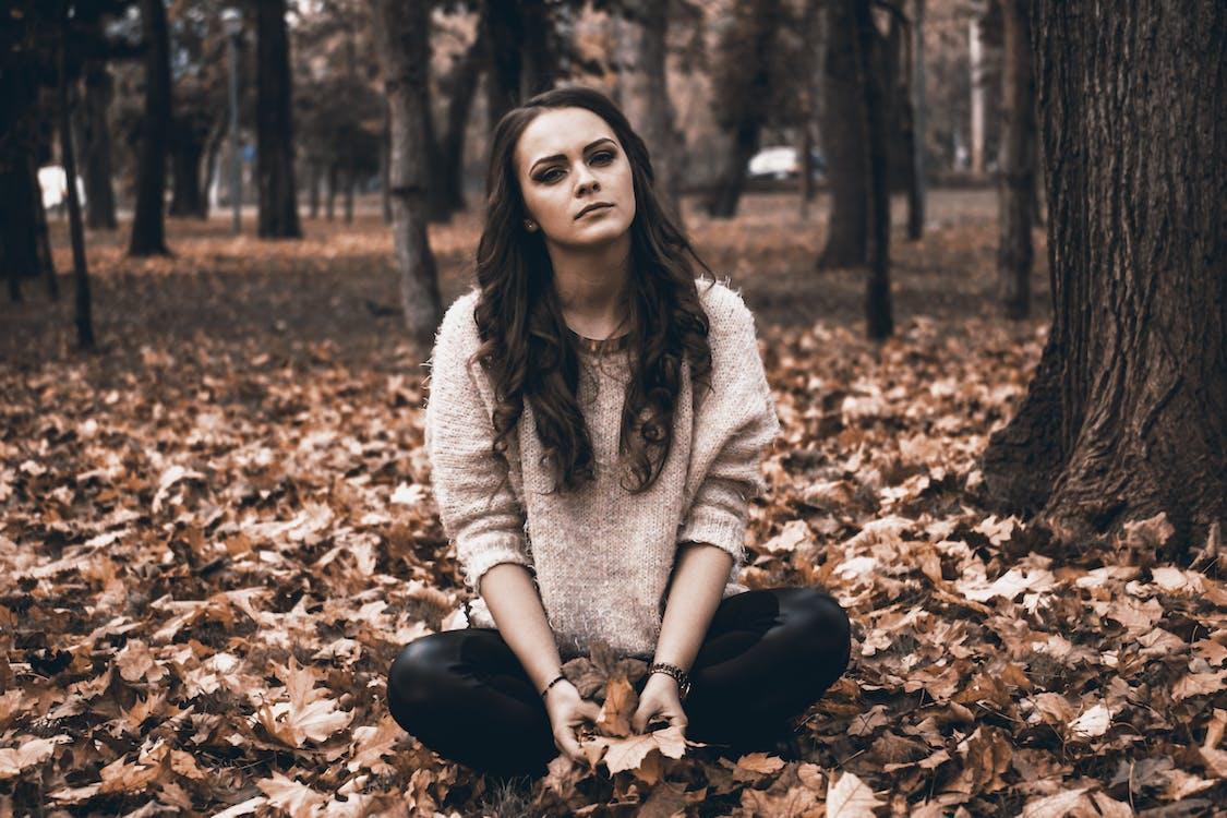 Porträt Einer Jungen Frau Im Wald