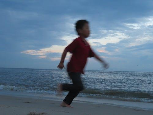 Základová fotografie zdarma na téma běhání, běhat, dítě, dítě běží