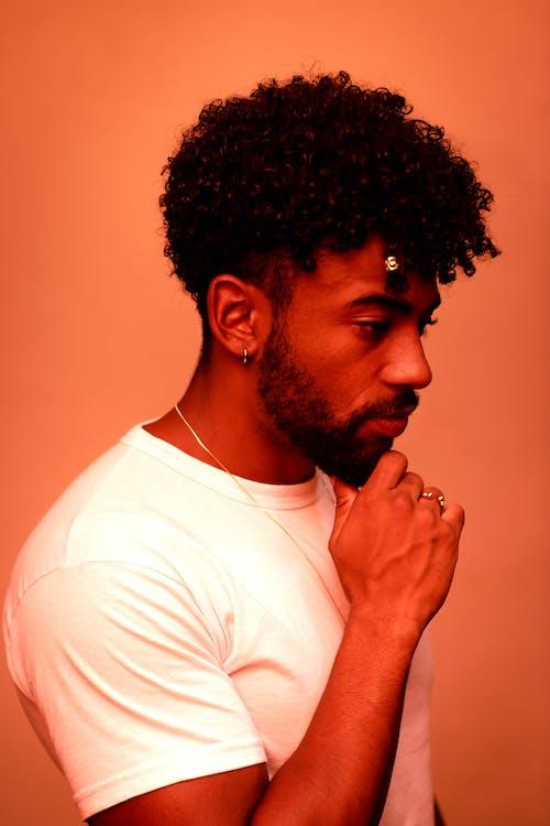 あごひげ, おとこ, オレンジ色の背景, 巻き毛の無料の写真素材