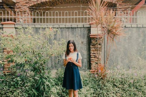 Бесплатное стоковое фото с женщина, молодой, платье, сад