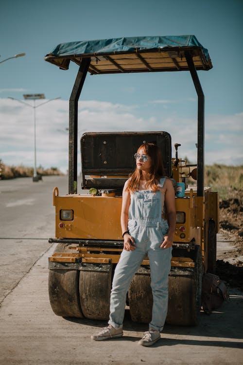 Immagine gratuita di attrezzatura, camion, donna, equipaggiamento pesante
