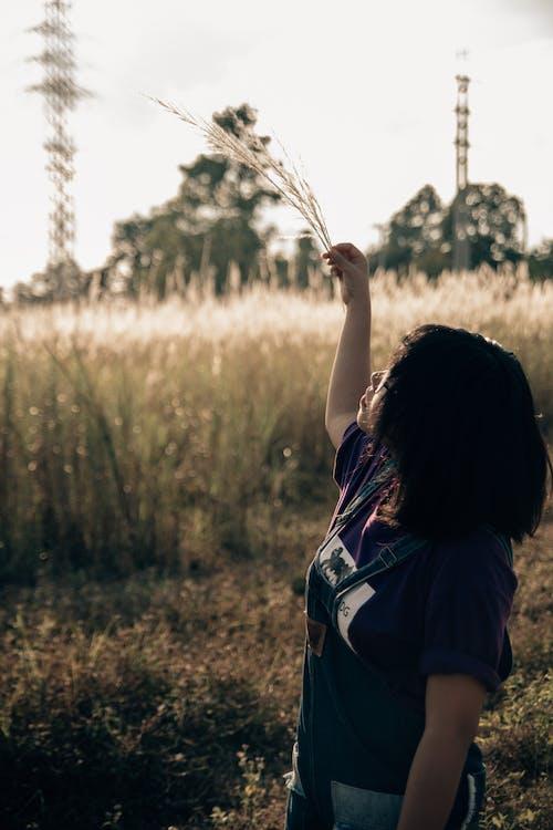 Женщина в черной футболке с круглым вырезом