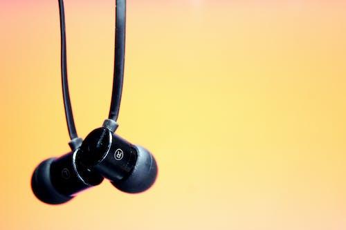 ヘッドフォンをぶら下げ, ヘッドホン, 吊りイヤホンの無料の写真素材