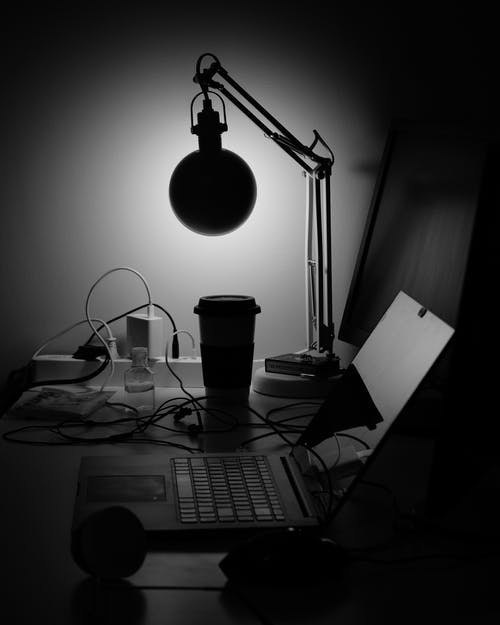 Imagine de stoc gratuită din alb-negru, freelance, închis la culoare, laptop