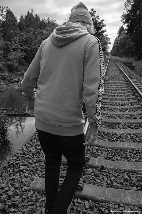 Gratis arkivbilde med jernbane, jernbanespor, tenåring