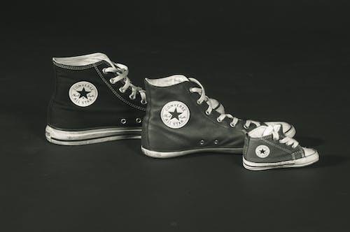 Foto d'estoc gratuïta de blanc i negre, calçat, calçat esportiu, clàssic