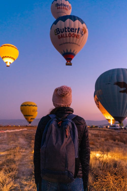 Person, Die Die Heißluftballons Beobachtet
