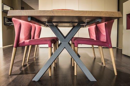 Darmowe zdjęcie z galerii z architektura, biuro, drewno, krzesła