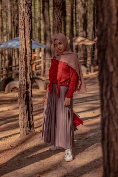 Immagine gratuita di abito, alberi, all'aperto, alla moda