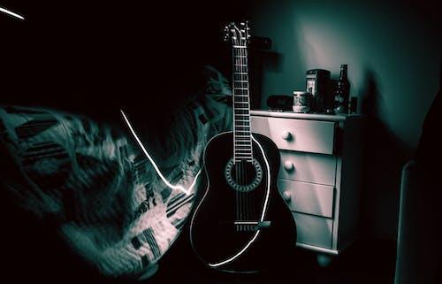 Darmowe zdjęcie z galerii z ciemny, czarno-biały, gitara, instrument