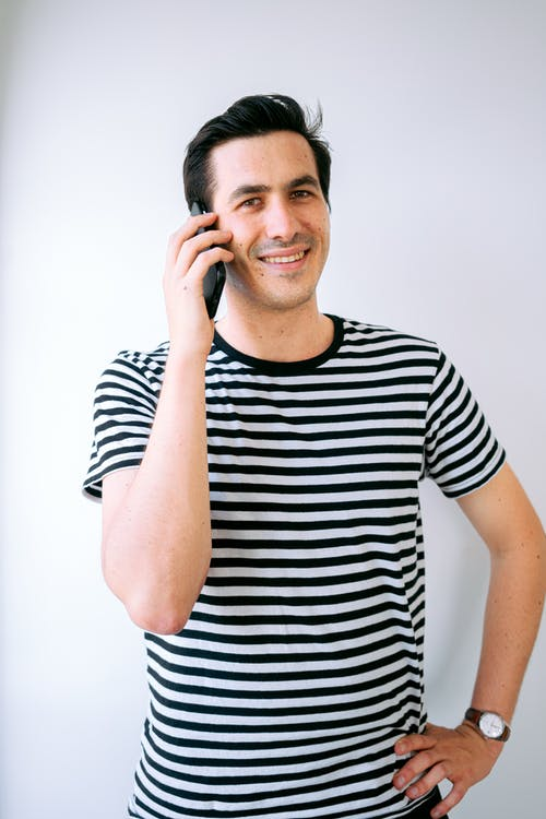 człowiek przez telefon, mężczyzna, patrzący