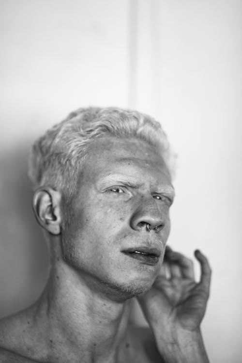 Fotobanka sbezplatnými fotkami na tému chlap, čierna a biela, človek, detailný záber