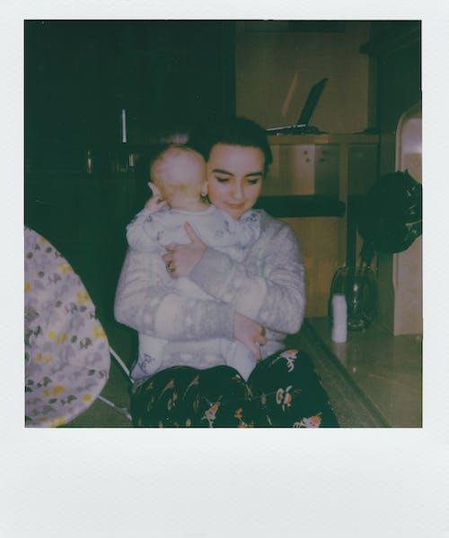 Femme Assise Tenant Bébé Capture D'écran