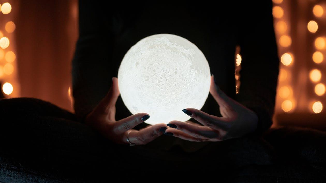 Lune Blanche Sur Les Mains