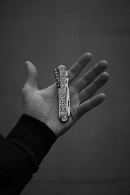 Δωρεάν στοκ φωτογραφιών με άνδρας, άνθρωπος, εργαλείο, κλίμακα του γκρι