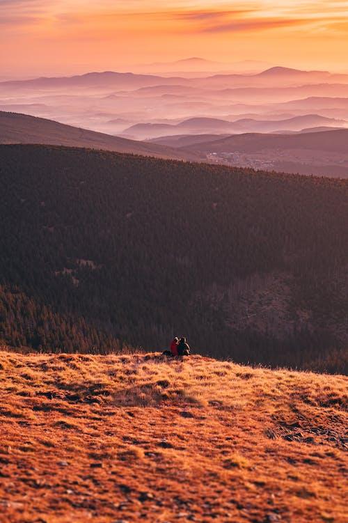 Základová fotografie zdarma na téma dvojice, hory, krajina, lidé