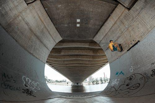 Бесплатное стоковое фото с бетон, кататься на коньках, мост, мужчина