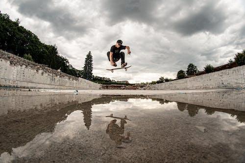 Mann Skateboarding über Wasser