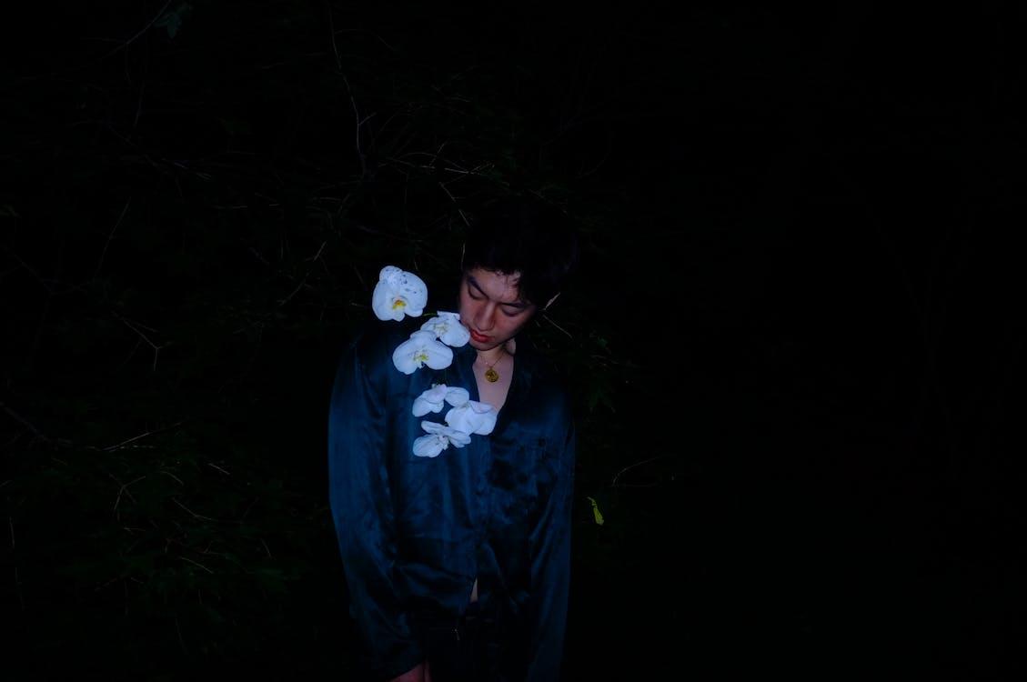 biele kvety, chlap, chlapec