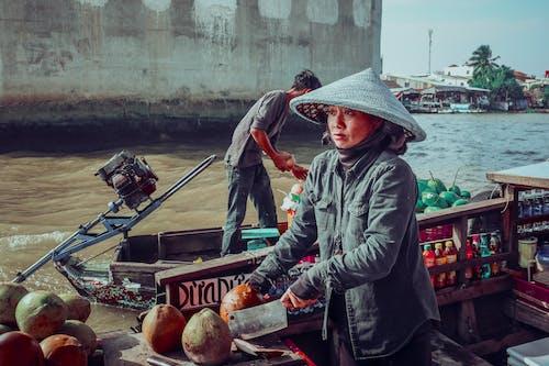 Frau, Die Graue Jacke Trägt, Die Auf Kanuboot Reitet