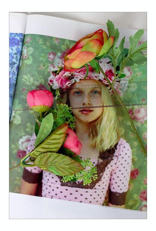 女孩, 紅色, 綠色, 花 的 免费素材照片