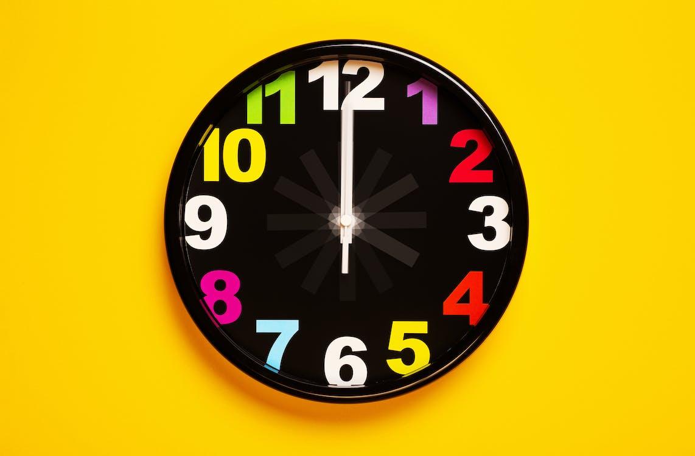Reloj Analógico Negro Y Amarillo