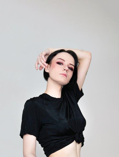Kobieta Ubrana W Czarną Koszulę