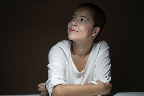 Darmowe zdjęcie z galerii z atrakcyjny, brunetka, ciemny, kobieta
