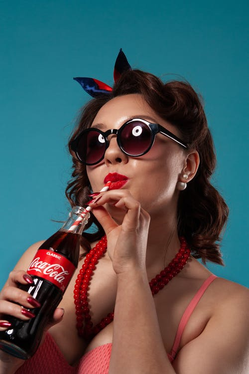 코카콜라 유리 병을 들고 여자