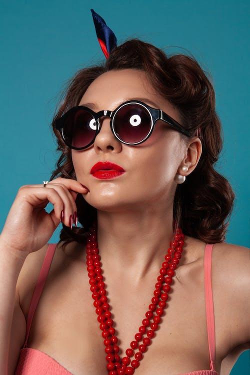 검은 선글라스를 착용하는 여자