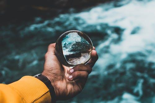 Imagine de stoc gratuită din fotografie de aproape, mână, minge lentilă, pahar