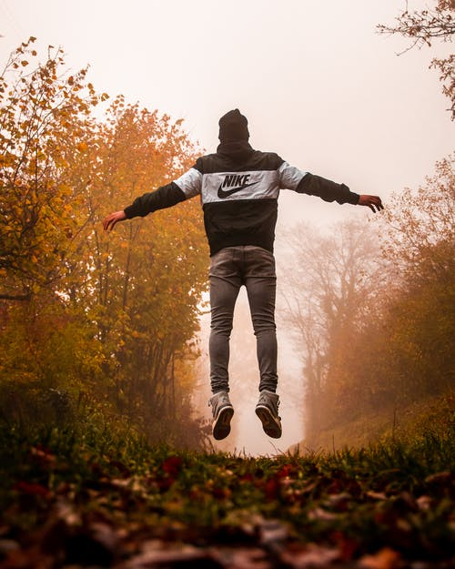 Mann Im Schwarzen Kapuzenpulli Und In Den Grauen Hosen, Die Auf Wald Stehen