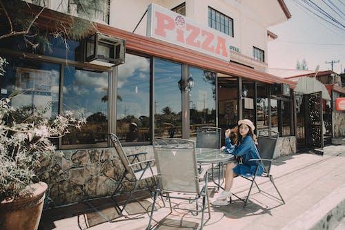 人, 桌子, 椅子, 街 的 免費圖庫相片